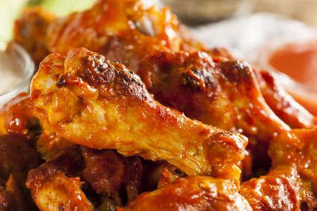 Warm en Spicey Buffalo Chicken Wings met selderij Stockfoto
