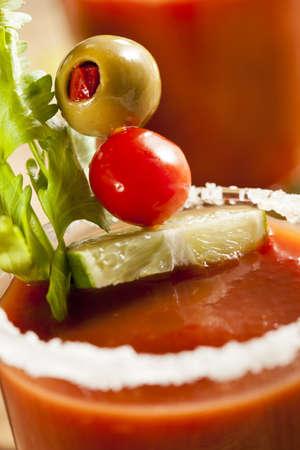 maria: Spicy Bloody Mary Alkoholisches Getr�nk mit einer Tomate garnieren Lizenzfreie Bilder