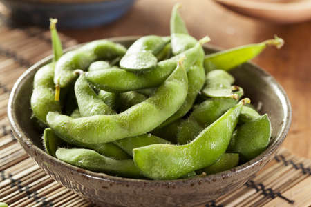 judias verdes: Cocido verde orgánico edamame con sal de mar sobre un fondo