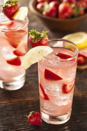 bebidas alcohÓlicas: Refrescante Strawberry Ice Cold Lemonade sobre un fondo Foto de archivo