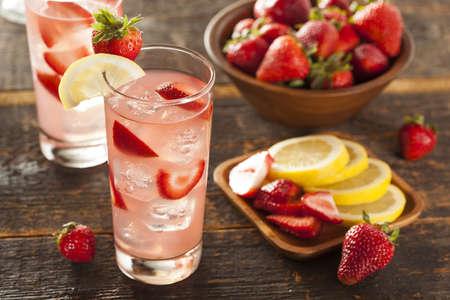 limonada: Refrescante Strawberry Ice Cold Lemonade sobre un fondo Foto de archivo
