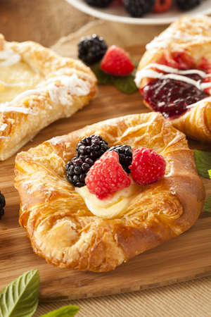 Homemade Gourmet Danish Pastry with berries and icing 版權商用圖片