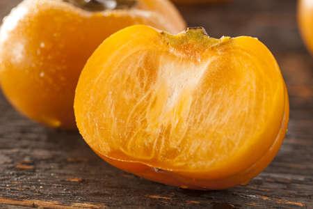 persimmon: Orgánica Naranja caqui fruta sobre un fondo