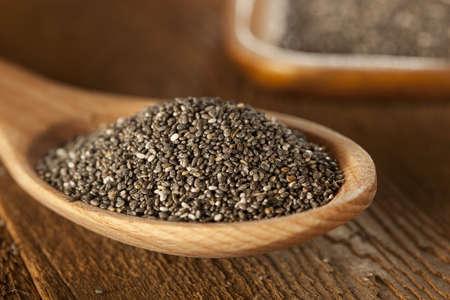Las semillas de chía orgánica blancas contra un fondo seco Negro y