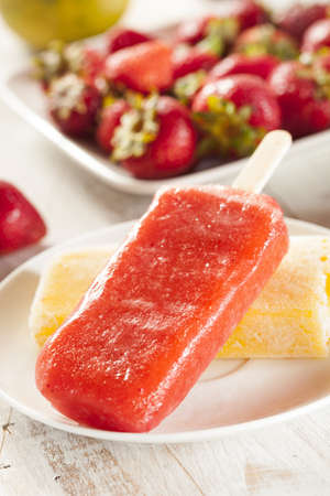 Koude Organic Frozen Strawberry Fruit Popsicle met een stok