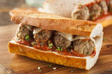 Zelfgemaakte Spicy Meatball Sub Sandwich met Marinara saus en kaas Stockfoto