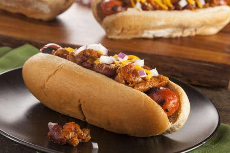 hotdog: Homemade Dog Hot Chili con queso cheddar y cebolla