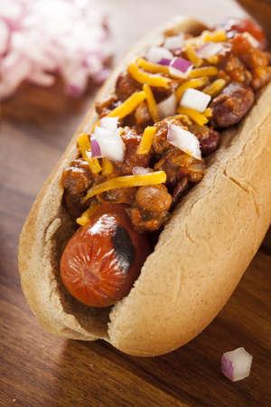 Homemade Dog Hot Chili con queso cheddar y cebolla Foto de archivo - 20972549