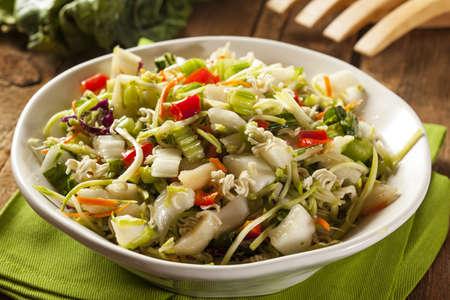 Aziatische Bok Choy en Ramen Salade in een Kom