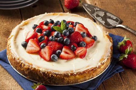 Zelfgemaakte Strawberry en Blueberry Cheesecake voor het dessert Stockfoto
