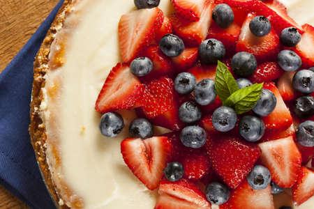 Homemade Strawberry and Blueberry Cheesecake for dessert 版權商用圖片