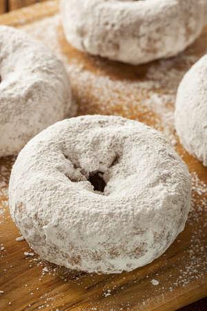 Bianco Homemade polvere Donuts su uno sfondo