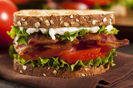 ベーコン レタスとトマトの新鮮な自家製 BLT サンドイッチ