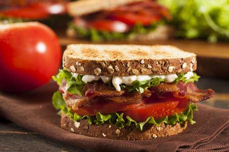 mayonesa: Sandwich BLT fresca hecha en casa con lechuga tocino y tomate
