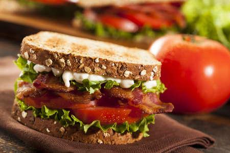 Sandwich BLT fresca hecha en casa con lechuga tocino y tomate