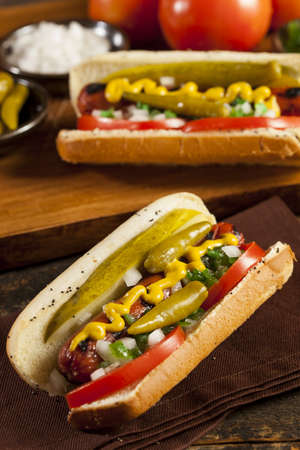 assaporare: Hot Dog Chicago Style con senape, Pickle, pomodoro, Relish e cipolla
