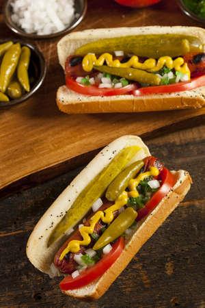 perro caliente: Chicago estilo perro caliente con mostaza, pepinillo, tomate, condimento y cebolla