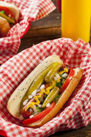 assaporare: Chicago Style Hot dog con senape, Pickle, Pomodoro, Relish e cipolla