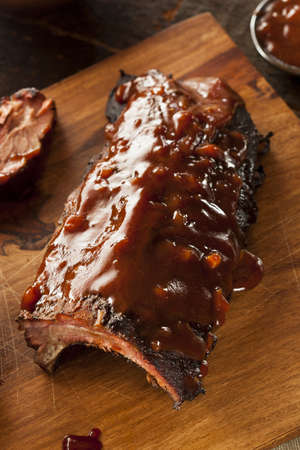 Gerookte Barbecue Varkensvlees Spare Ribs met saus photo