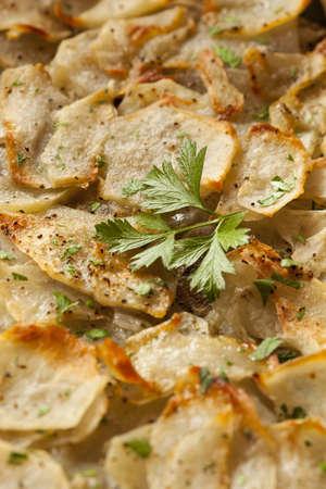 パセリの緑と新鮮な自家製ジャガイモ アンナ 写真素材 - 22037322