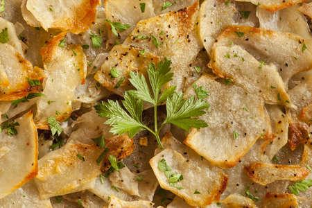 パセリの緑と新鮮な自家製ジャガイモ アンナ