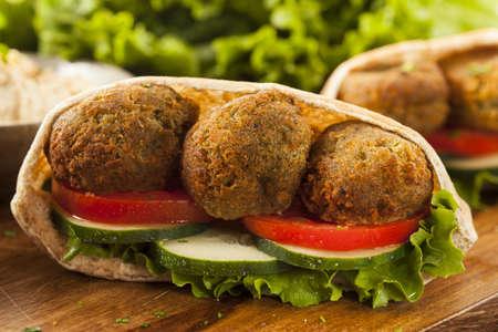 comida arabe: Falafel orgánico en un pan de pita con tomate y pepino Foto de archivo