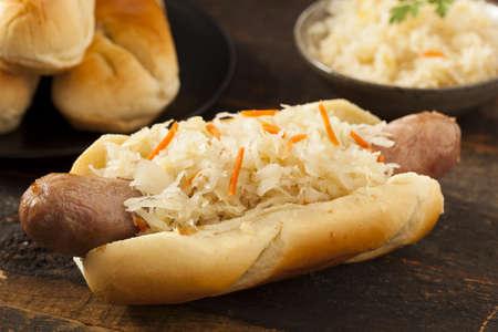 comida alemana: Bratwurst casero con sauerkraut on a Roll