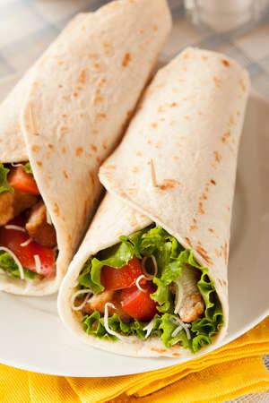 tortilla wrap: Pollo empanizado en una Tortilla Wrap con lechuga y tomate