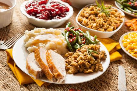 自家製のトルコとマッシュ ポテト、スタッフィング、トウモロコシの感謝祭のディナー