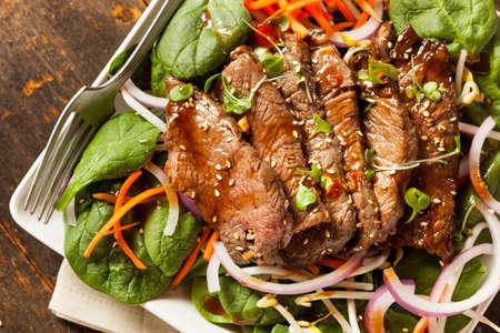 Aziatische gesneden rundvlees salade met spinazie en wortelen Stockfoto