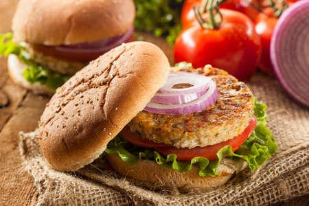 Organische Gegrilde Black Bean Hamburger met tomaat en sla Stockfoto
