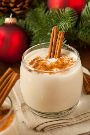 eggnog: Homemade Cinnamon festivo rompope para las fiestas