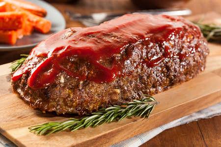 pastel de carne: Homemade Meatloaf carne picada con salsa de tomate y especias Foto de archivo