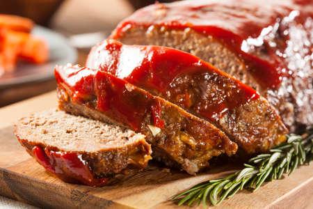 albondigas: Homemade Meatloaf carne picada con salsa de tomate y especias Foto de archivo