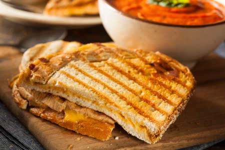 Gegrilde kaas sandwich met Romige Tomaat Basilicum Soep Stockfoto