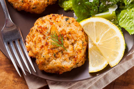 cangrejo: Org�nicos Crab Cakes caseros con lim�n y salsa t�rtara Foto de archivo
