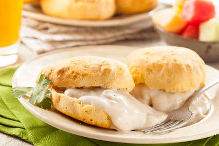 自家製バターミルク ビスケットおよびグレービーの朝食