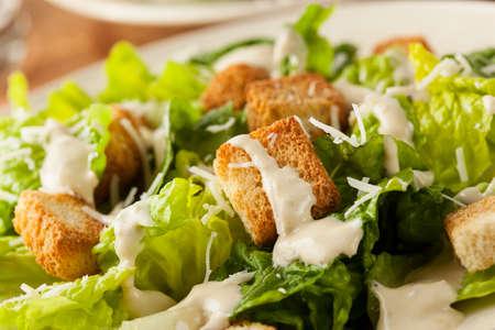 Gezonde Groene Organische Caesar salade met kaas en croutons Stockfoto