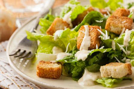 Saludable ensalada verde orgánico César con crutones y queso