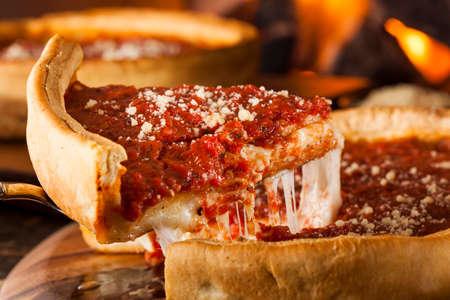 シカゴ スタイルの深皿チーズ トマトソース ピザ 写真素材