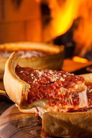 Estilo Chicago Pizza Deep Dish de queso con salsa de tomate