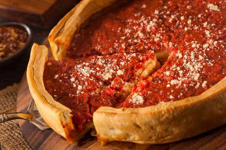 Chicago Style Deep Dish Pizza z serem sosem pomidorowym Zdjęcie Seryjne