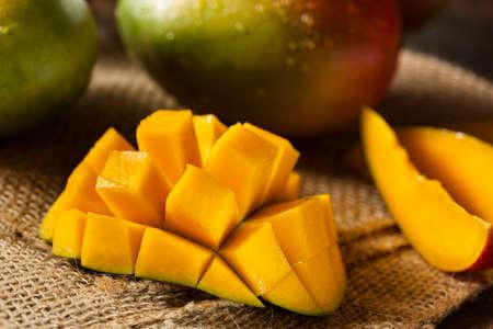mango: Organiczne Kolorowe Dojrzałe Mango Zdjęcie Seryjne