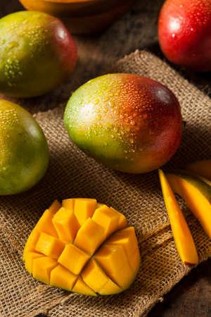 Organic Colorful Ripe Mangoes Imagens - 25775111