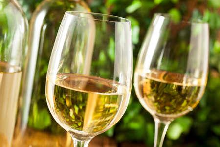 背景にガラスで Refreshring 白ワイン 写真素材