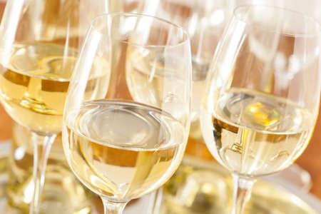 vino: Refreshring vino blanco en un vaso sobre un fondo