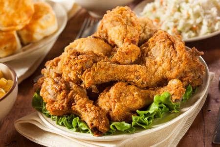 Zelfgemaakte Southern Fried Chicken met koekjes en aardappelpuree