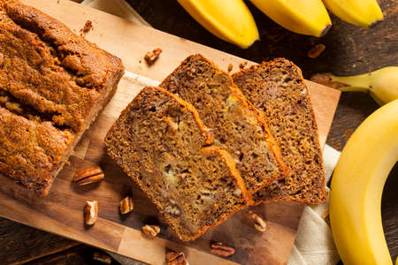 조각으로 만든 바나나 너트 빵 컷 스톡 콘텐츠