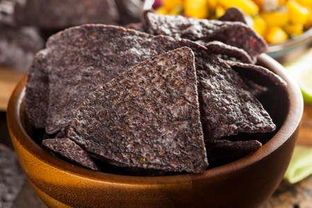 tortilla de maiz: Homemade Orgánica azul chips Callos Foto de archivo