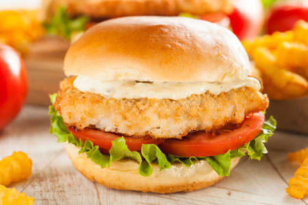 Gepaneerde Fish Sandwich met Tartaarsaus en Fries Stockfoto